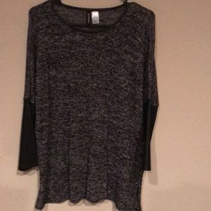 Thin sweater with faux leather quarter sleeves